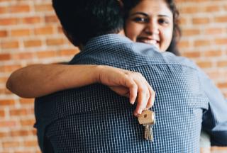 Brick-wall-couple-embrace-1573822