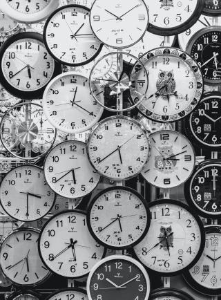 Black-and-white-photo-of-clocks-707676